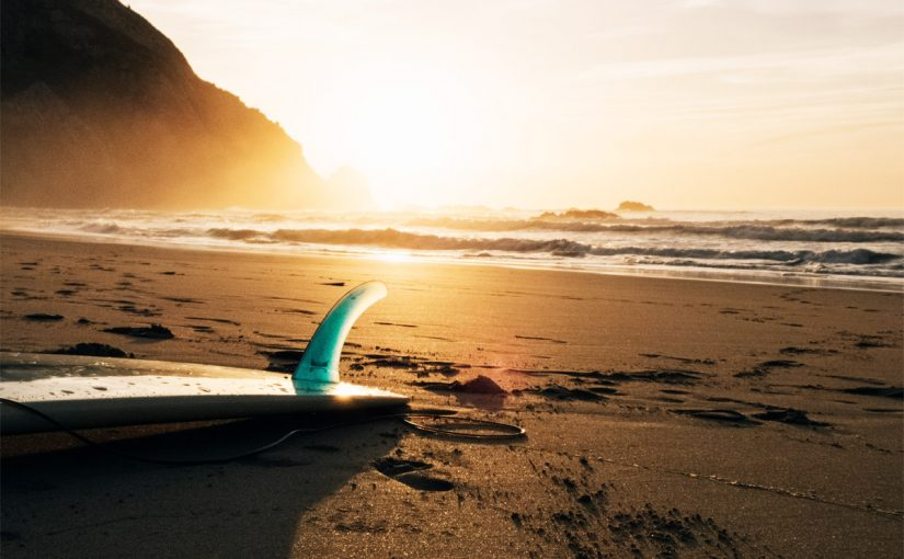 Surfing: riding the sunset waves | Photo: Unsplash/Creative Commons